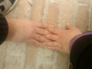 (Meno male che la cicciosità delle mani stempera la melensaggine dell'immagine)